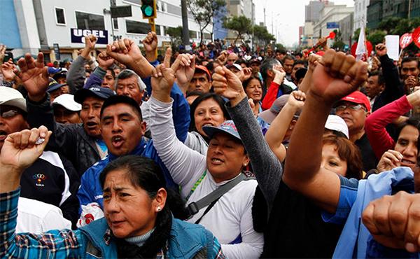 Huelga y movilización de maestros en Perú