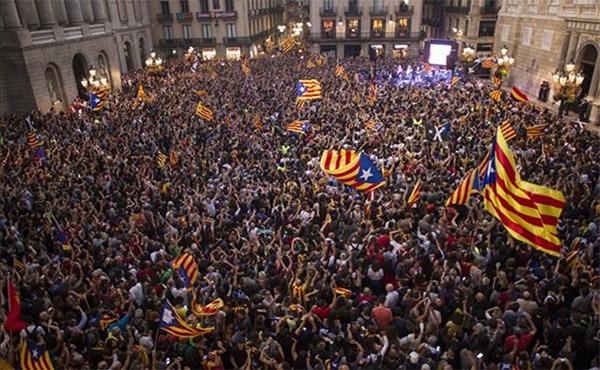 Catalanes celebran la declaración de independencia