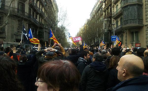 La respuesta del pueblo catalán no se hizo esperar. Miles salieron a repudiar la detención de Puigdemont.