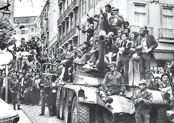 """En abril de 1974 triunfó en Portugal la llamada """"revolución de los claveles"""" que terminó con una dictadura de 50 años. Fue clave la unidad de los trabajadores con los soldados"""