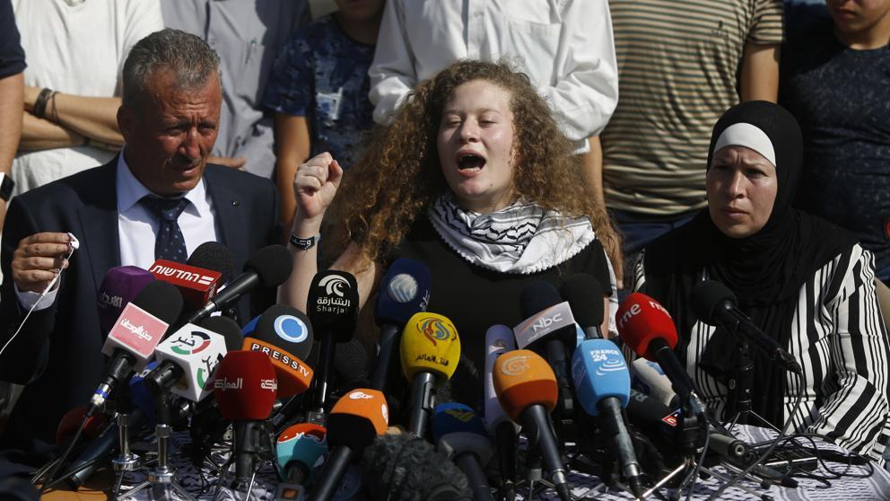 Ahed Tamimi en la conferencia de prensa de su casa luego de ser liberada