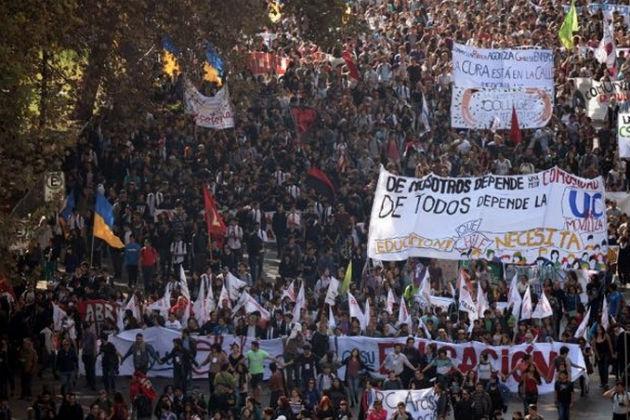 Foto-marcha-de-profesores-en-Chile-quevan-a-huelga-de-hambre-por-reformas020615