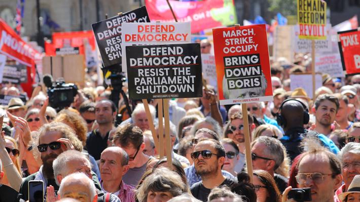 miles de personas se manifestaron en gran bretana contra de la suspension del parlamento britanico